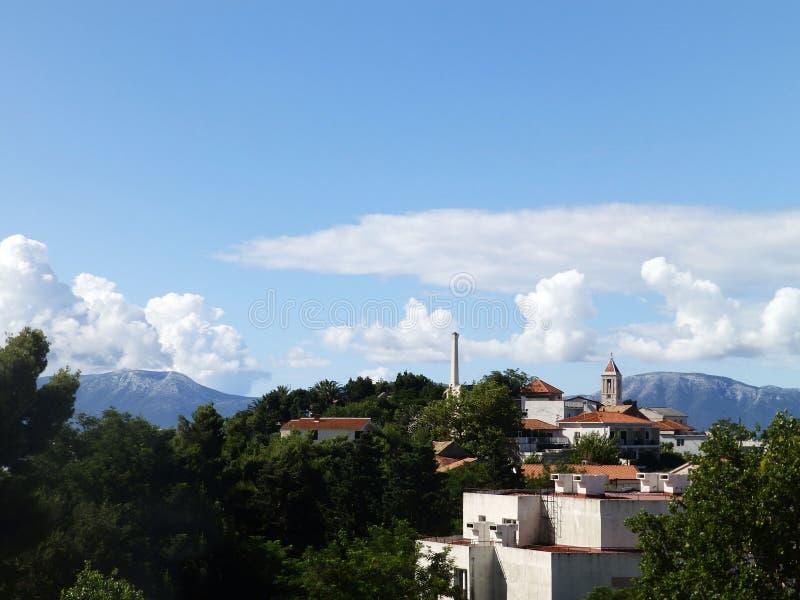 Πόλη στο moutain κοντά στη θάλασσα στοκ εικόνες