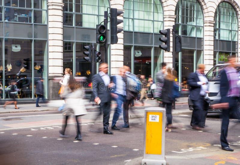 Πόλη της επιχειρησιακής ζωής του Λονδίνου Ομάδα επιχειρηματιών που πηγαίνουν να εργαστεί στοκ φωτογραφία
