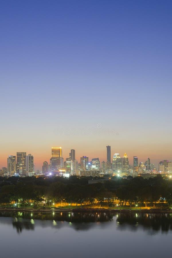 Πόλη της Μπανγκόκ με τη σκηνή λυκόφατος μετά από το ηλιοβασίλεμα στοκ φωτογραφία με δικαίωμα ελεύθερης χρήσης