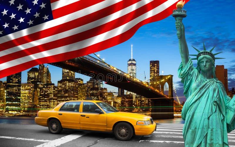 Πόλη της Νέας Υόρκης με το κίτρινο αμάξι αγγελιών αγαλμάτων ελευθερίας στοκ εικόνες με δικαίωμα ελεύθερης χρήσης