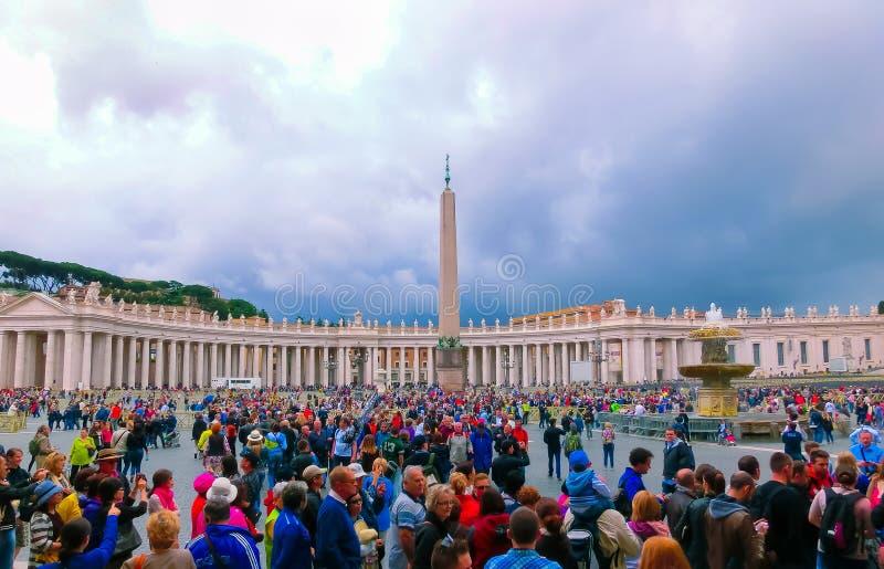 Πόλη του Βατικανού - 2 Μαΐου 2014: Άνθρωποι που στέκονται στη γραμμή στην είσοδο στον καθεδρικό ναό του ST Peter στοκ εικόνα