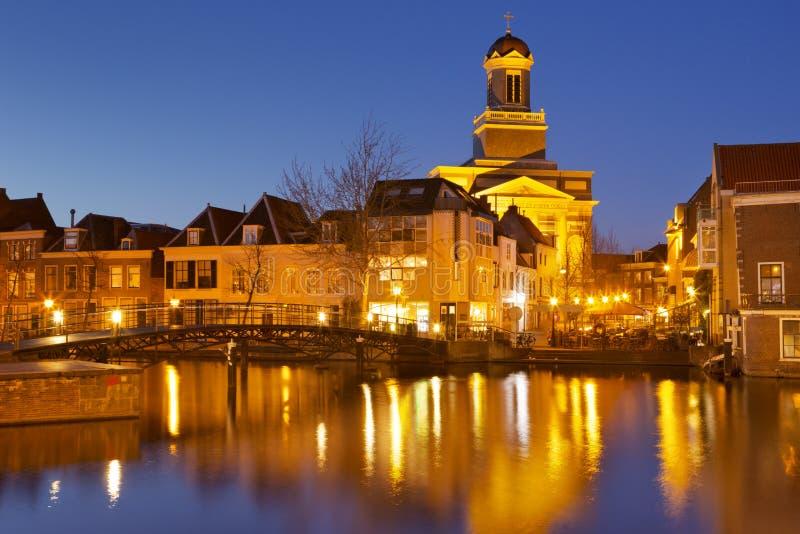 Πόλη του Λάιντεν, οι Κάτω Χώρες τη νύχτα στοκ εικόνα