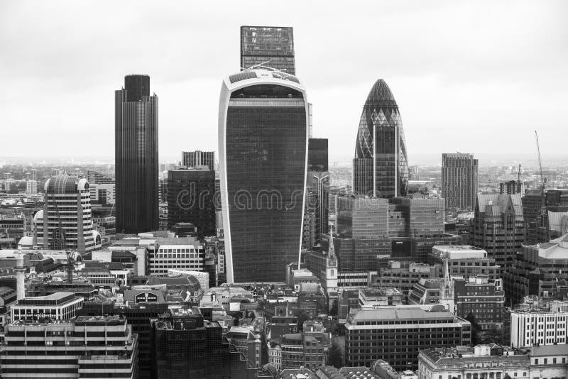 Πόλη του πανοράματος του Λονδίνου με τους σύγχρονους ουρανοξύστες Αγγούρι, Walkie-Talkie, πύργος 42, τράπεζα Lloyds Επιχείρηση κα στοκ φωτογραφίες