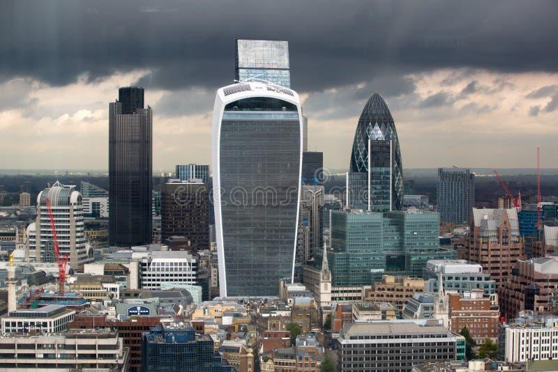 Πόλη του πανοράματος του Λονδίνου με τους σύγχρονους ουρανοξύστες Αγγούρι, Walkie-Talkie, πύργος 42, τράπεζα Lloyds Επιχείρηση κα στοκ φωτογραφία με δικαίωμα ελεύθερης χρήσης