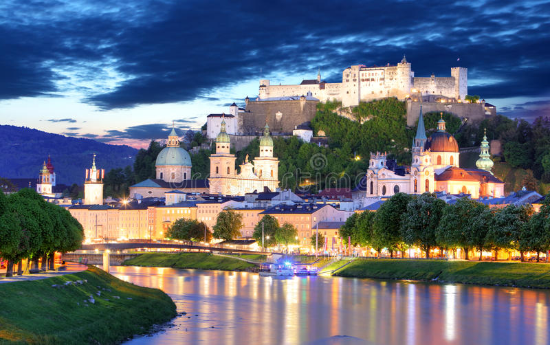 Πόλη του Σάλτζμπουργκ τη νύχτα, Αυστρία στοκ φωτογραφία με δικαίωμα ελεύθερης χρήσης