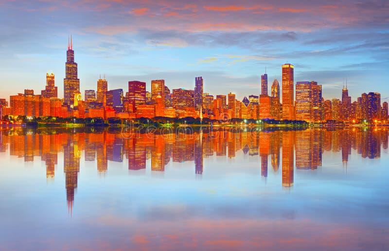 Πόλη του Σικάγου ΗΠΑ, ζωηρόχρωμος ορίζοντας πανοράματος ηλιοβασιλέματος στοκ εικόνες