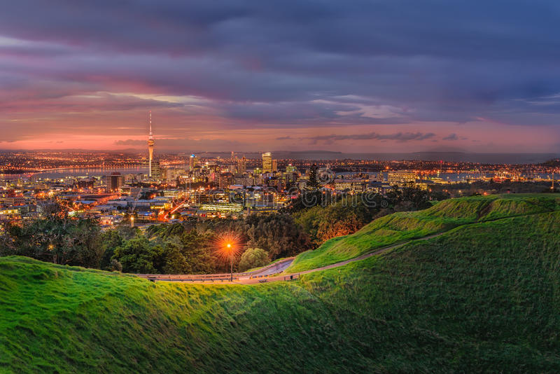 Πόλη του Ώκλαντ από το ηφαίστειο Ίντεν βουνών Ώκλαντ, Νέα Ζηλανδία στοκ φωτογραφία με δικαίωμα ελεύθερης χρήσης