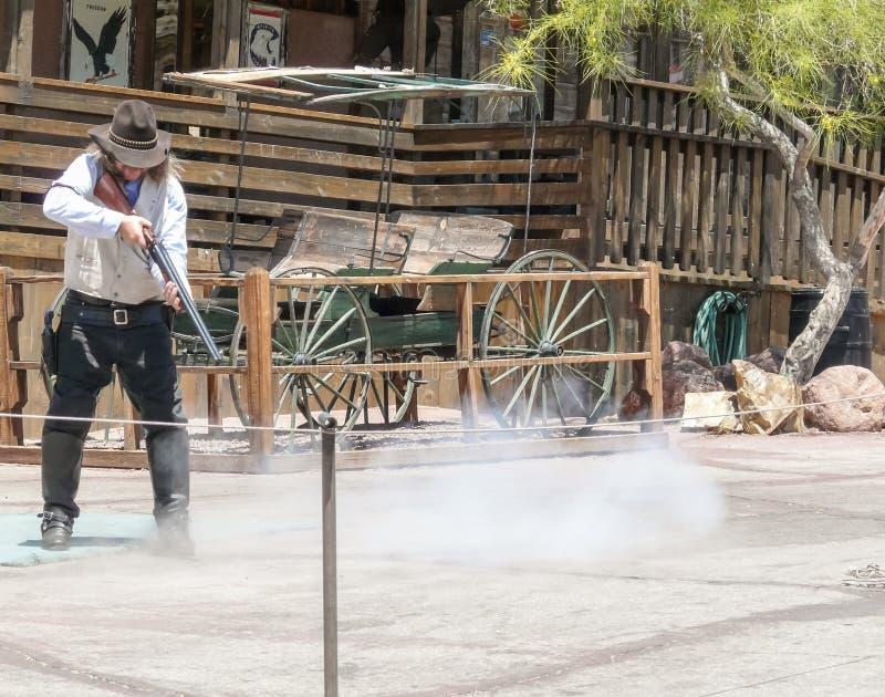 Πόλη-φάντασμα βαμβακερού υφάσματος - πυροβολισμός κάουμποϋ με το τουφέκι στοκ εικόνα με δικαίωμα ελεύθερης χρήσης