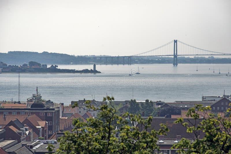 Πόλη, φάρος και γέφυρα στοκ εικόνες