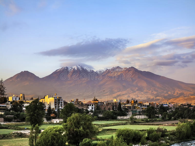 Πόλη Arequipa, Περού με το εικονικό ηφαίστειό του Chachani στοκ φωτογραφία με δικαίωμα ελεύθερης χρήσης