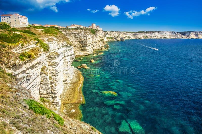 Πόλη Bonifacio στον όμορφο άσπρο απότομο βράχο βράχου με τον κόλπο θάλασσας, Corsi στοκ φωτογραφία με δικαίωμα ελεύθερης χρήσης