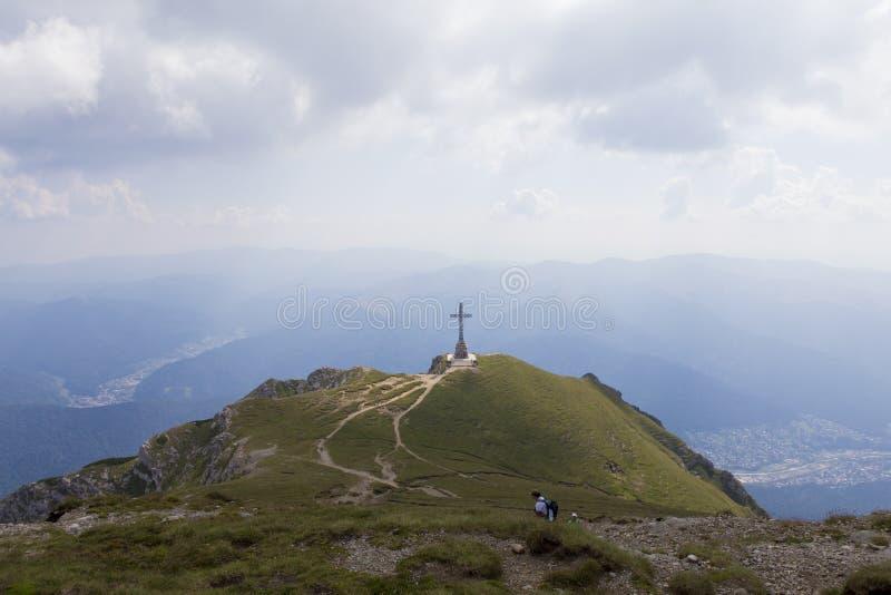 Πόλη Busteni και σταυρός Caraiman στοκ εικόνες