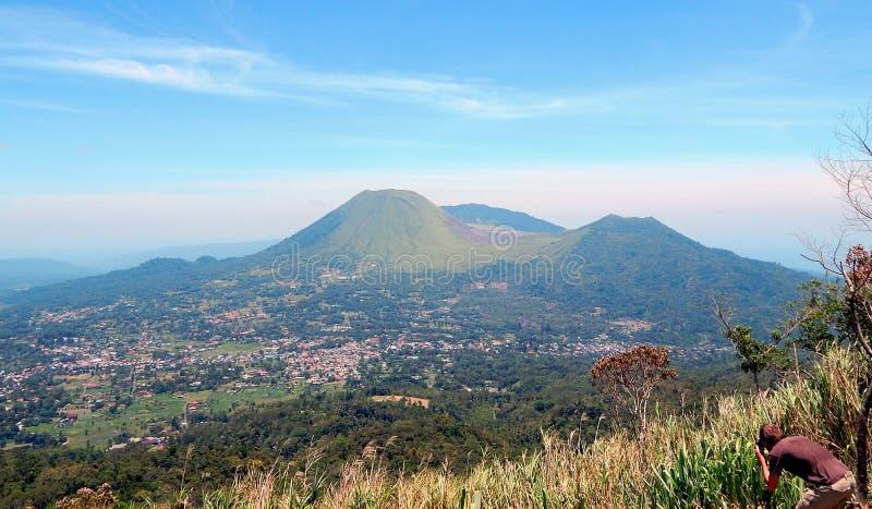 Πόλη Tomohon και δίδυμα ηφαίστεια στοκ εικόνες