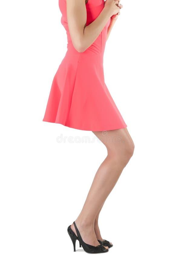 Πόδια γυναίκας στο κόκκινο φόρεμα στοκ εικόνες με δικαίωμα ελεύθερης χρήσης