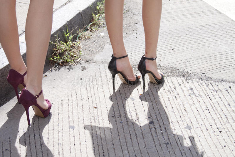 Πόδια γυναικών που παρουσιάζουν υψηλά παπούτσια τακουνιών της στοκ φωτογραφίες με δικαίωμα ελεύθερης χρήσης