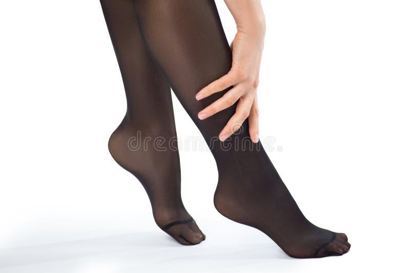 Πόδια γυναικών ` s στα καλσόν με το χέρι στοκ εικόνες