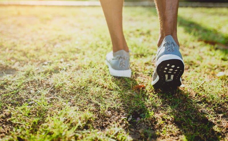 Πόδια ενός αθλητή που τρέχει σε μια κατάρτιση διαβάσεων πάρκων για την ικανότητα και τον υγιή τρόπο ζωής στοκ φωτογραφίες