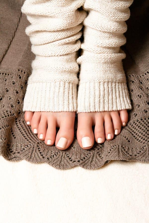 Πόδια με ένα όμορφο pedicure στοκ εικόνα