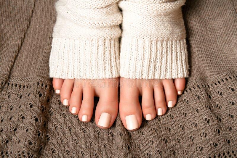 Πόδια με ένα όμορφο pedicure στοκ φωτογραφία με δικαίωμα ελεύθερης χρήσης
