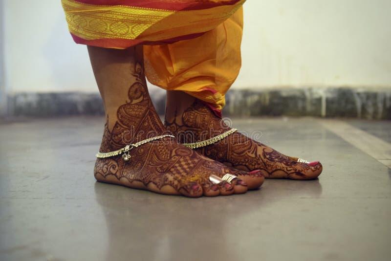 Πόδια μιας παραδοσιακής ινδικής νύφης που διακοσμείται με Mehendi ή Henna στοκ φωτογραφίες