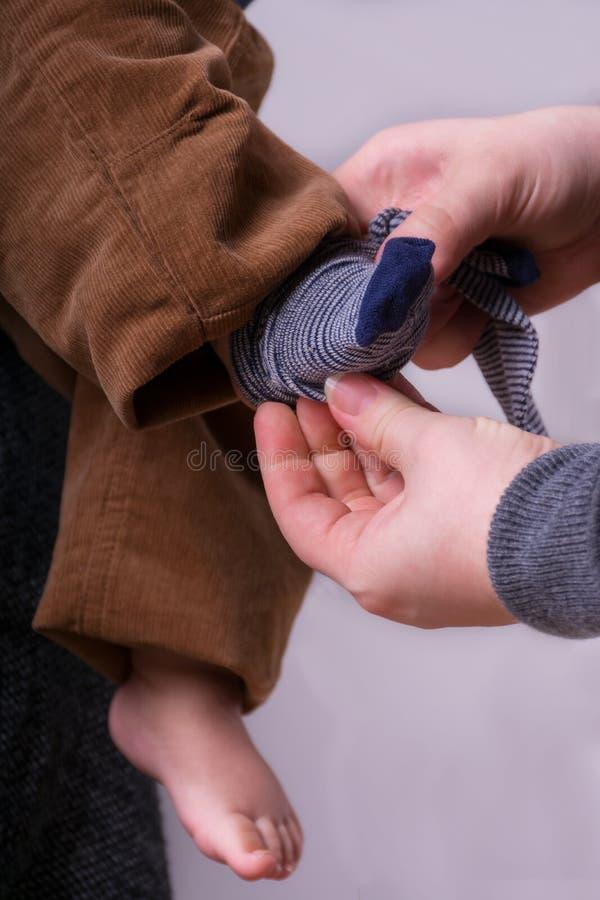Πόδια μωρών στα χέρια μητέρων ` s στοκ φωτογραφίες με δικαίωμα ελεύθερης χρήσης