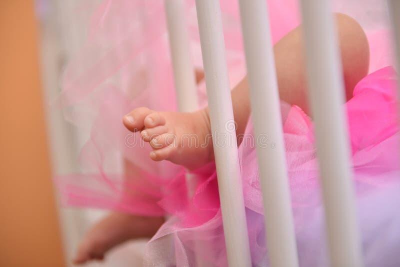 Πόδια παιδιών στο παχνί του στοκ εικόνα με δικαίωμα ελεύθερης χρήσης