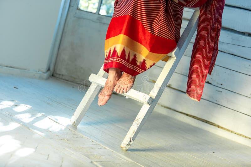 Πόδια που διακοσμούνται με ινδικό χρωματισμένο mehandi henna στοκ εικόνες
