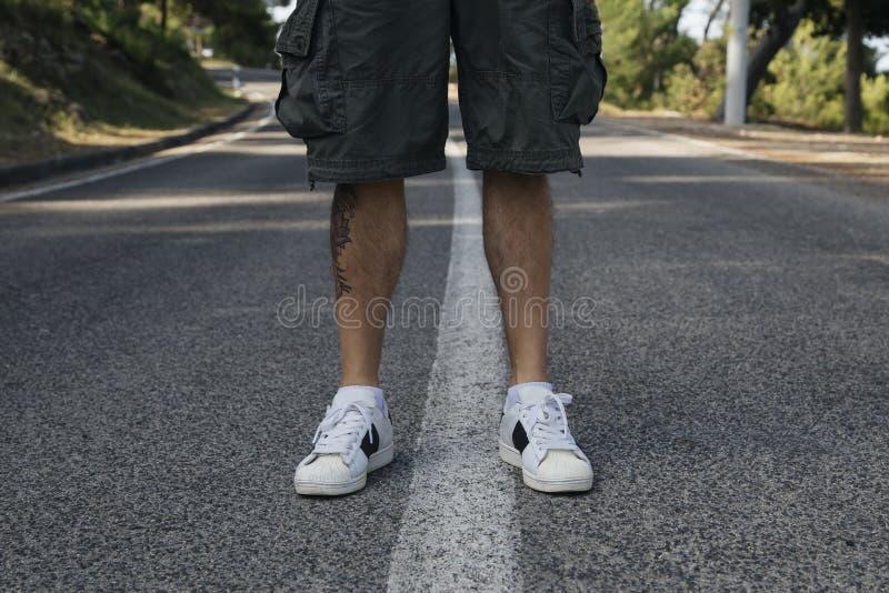 Πόδια στην άσφαλτο στοκ φωτογραφίες με δικαίωμα ελεύθερης χρήσης