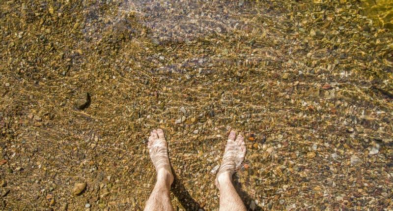 Πόδια στο νερό στοκ φωτογραφία με δικαίωμα ελεύθερης χρήσης