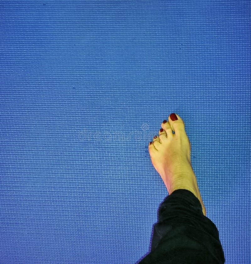 Πόδια στο χαλί στοκ εικόνα με δικαίωμα ελεύθερης χρήσης