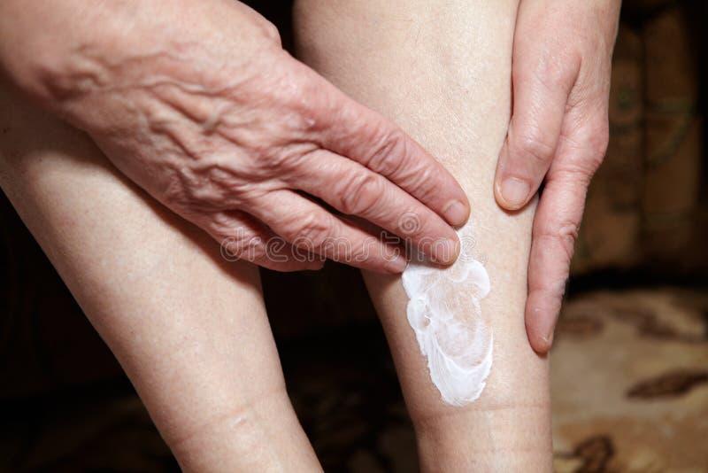 Πόδια της ανώτερης γυναίκας στοκ εικόνα