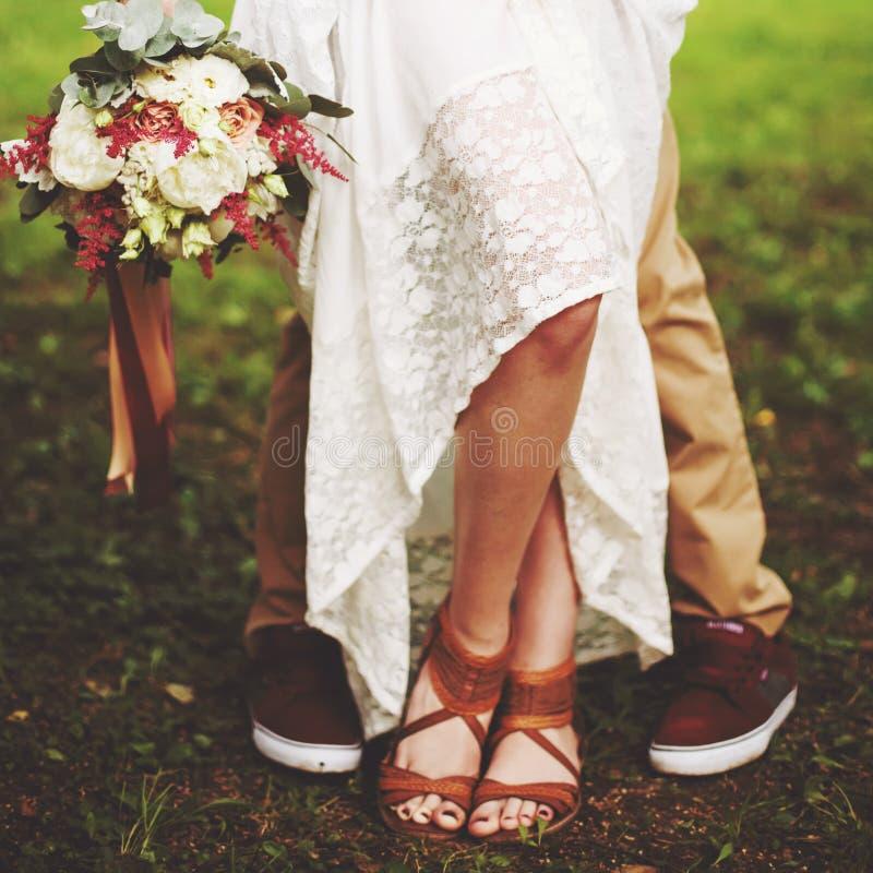 Πόδια της κινηματογράφησης σε πρώτο πλάνο γαμήλιων ζευγών, έννοια ελευθερίας στοκ εικόνες