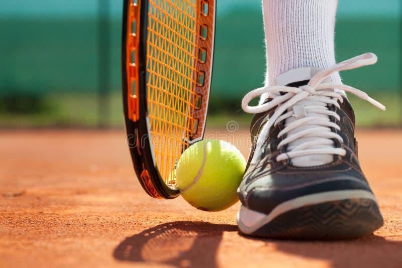 Πόδια του αθλητή κοντά στη ρακέτα και τη σφαίρα αντισφαίρισης στοκ εικόνες με δικαίωμα ελεύθερης χρήσης