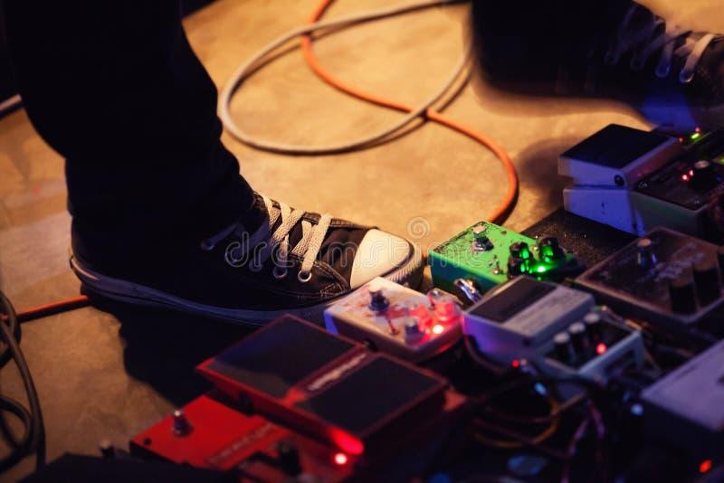 Πόδια του κιθαρίστα με το σύνολο πενταλιών επίδρασης στοκ εικόνες με δικαίωμα ελεύθερης χρήσης