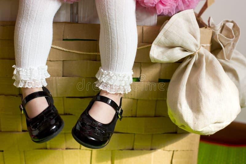 Πόδια του μικρού κοριτσιού στο καλάθι του μπαλονιού στοκ φωτογραφία με δικαίωμα ελεύθερης χρήσης
