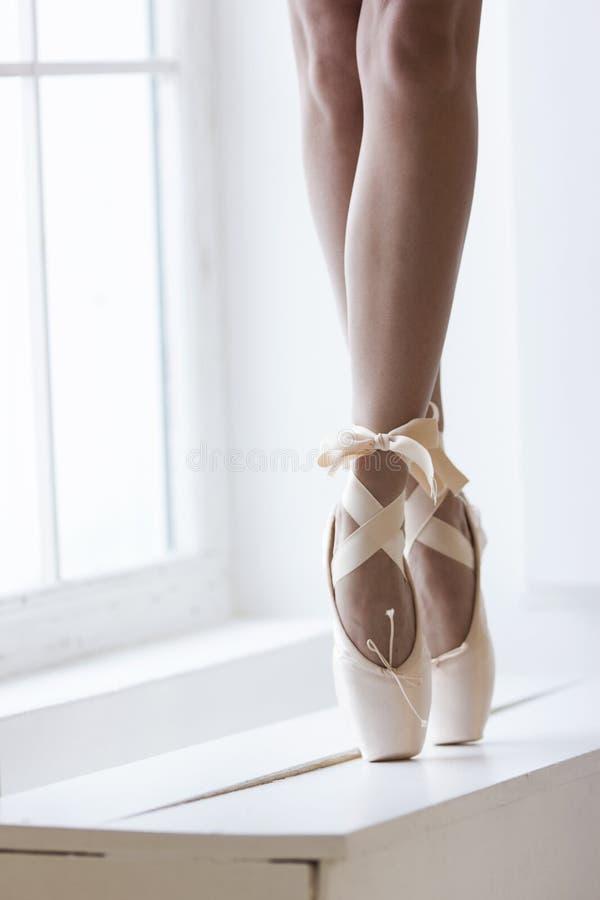 Πόδια χορευτών στο pointe στοκ φωτογραφίες με δικαίωμα ελεύθερης χρήσης