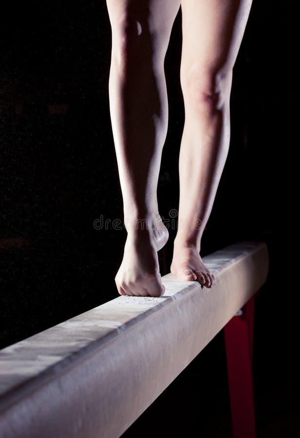 Πόδια gymnast στην ακτίνα ισορροπίας στοκ εικόνα