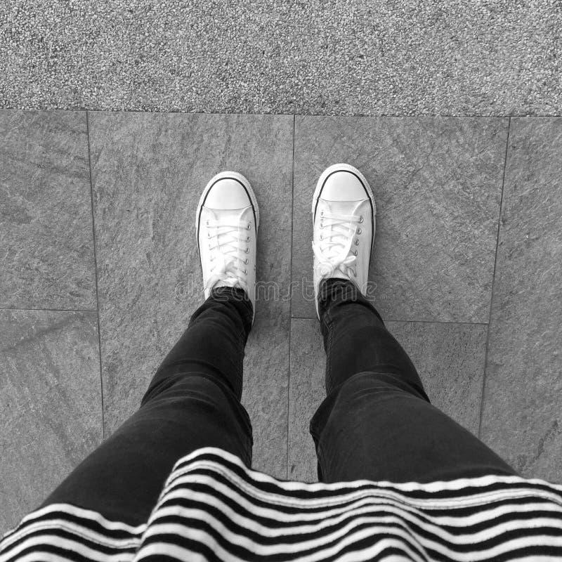 Πόδι και πόδια που βλέπουν άνωθεν στοκ φωτογραφίες με δικαίωμα ελεύθερης χρήσης