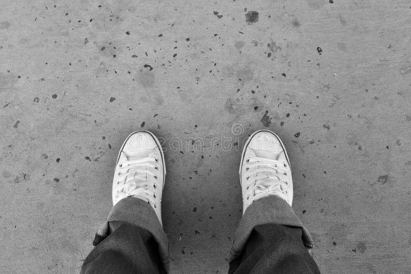 Πόδι και πόδια που βλέπουν άνωθεν στοκ φωτογραφία με δικαίωμα ελεύθερης χρήσης