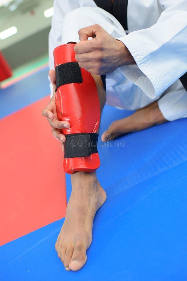 Πόδι με το γόνατο στο προστατευτικό στήριγμα αστραγάλων στοκ εικόνες
