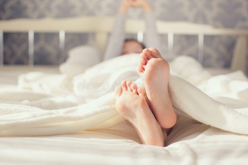 Πόδι μωρών στο άσπρο κάλυμμα στοκ εικόνες