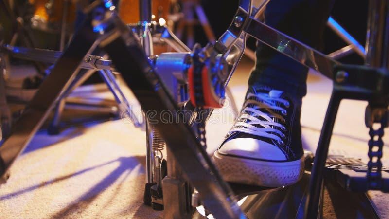 Πόδι τυμπανιστών ` s στα πάνινα παπούτσια που κινούν το βαθύ πεντάλι τυμπάνων στοκ εικόνες με δικαίωμα ελεύθερης χρήσης
