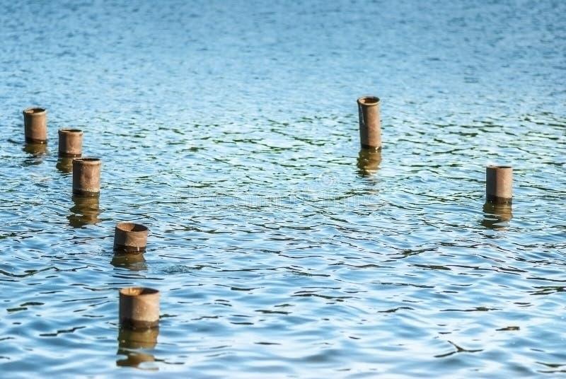 Πόλοι μετάλλων στο νερό στοκ φωτογραφίες με δικαίωμα ελεύθερης χρήσης