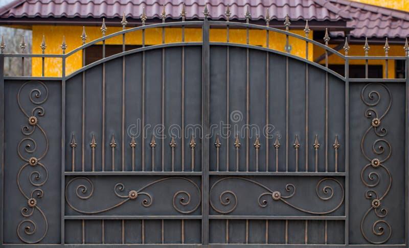 Πύλες επεξεργασμένος-σιδήρου, διακοσμητικό σφυρηλατημένο κομμάτι, το σφυρηλατημένο στενός-u στοιχείων στοκ φωτογραφία με δικαίωμα ελεύθερης χρήσης