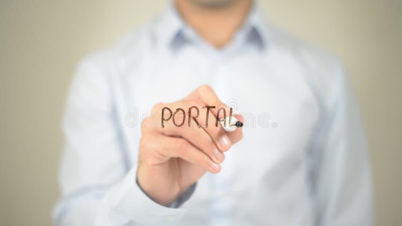 Πύλη, άτομο που γράφει στη διαφανή οθόνη στοκ εικόνα με δικαίωμα ελεύθερης χρήσης