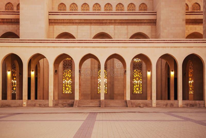 Πύλη αψίδων εξωτερική του μεγάλου μουσουλμανικού τεμένους Al Fateh το βράδυ Manama, στοκ φωτογραφία με δικαίωμα ελεύθερης χρήσης