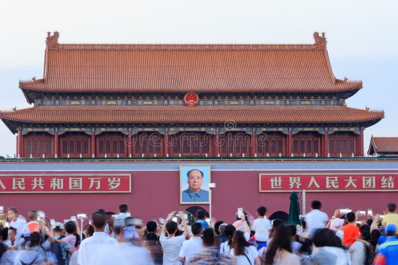 Πύλη με την εικόνα Mao Zedong που φωτογραφίζεται από τους τουρίστες στο Πεκ στοκ φωτογραφίες