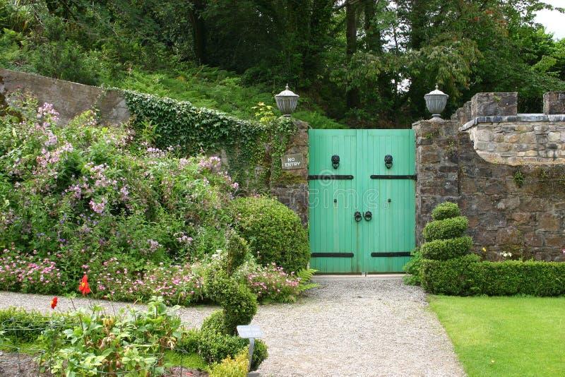 Πύλη στο μυστικό κήπο στοκ φωτογραφία με δικαίωμα ελεύθερης χρήσης