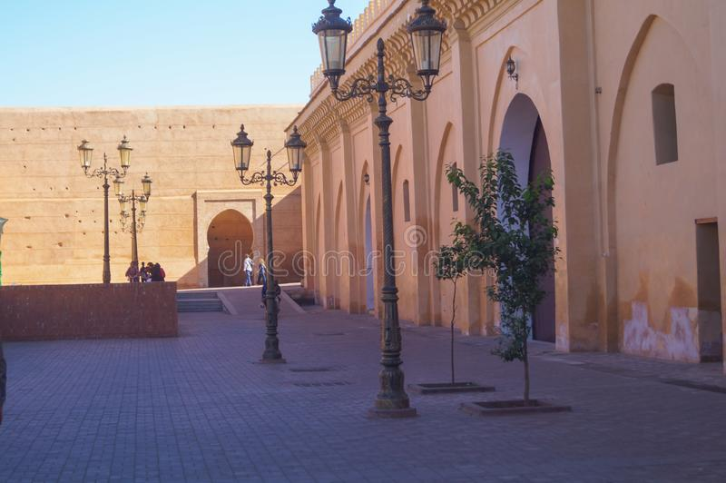 Πύλη στο παραδοσιακό ασιατικό ύφος κοντά στη Royal Palace, Μαρακές στοκ εικόνες
