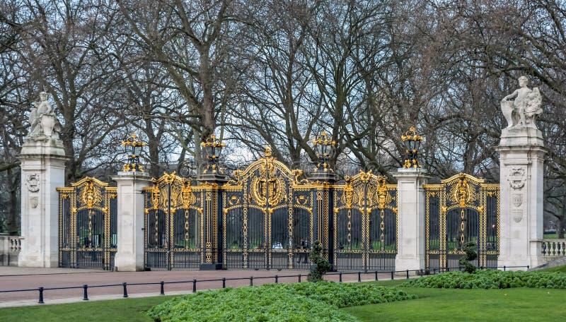 Πύλη στο πράσινο πάρκο στο Λονδίνο στοκ εικόνες